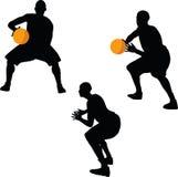 immagine - siluetta del giocatore di pallacanestro nella posa della tenuta, isolata su fondo bianco illustrazione vettoriale