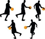 immagine - siluetta del giocatore di pallacanestro nella posa drible, isolata su fondo bianco illustrazione di stock