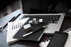 Immagine sparata della scrivania Tavola interna dell'ufficio dell'ufficio di concetto di affari Fotografia Stock
