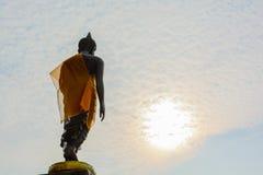 Immagine stante di Buddha con il cielo Immagine Stock