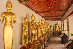 Immagine stante di Buddha a Wat Pho Bangkok Thailand fotografia stock