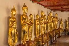 Immagine stante di Buddha a Wat Pho Bangkok Thailand fotografie stock