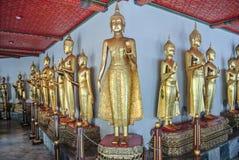 Immagine stante di Buddha a Wat Pho Bangkok Thailand fotografia stock libera da diritti