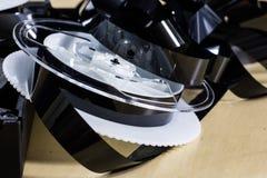 Immagine sulla videocassetta Ferita del nastro della videotape sulle bobine Tabl di legno fotografia stock libera da diritti