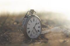 Immagine surreale di un orologio in un paesaggio mistico e misterioso fotografia stock libera da diritti