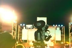 Immagine tonificata d'annata del video professionale della registrazione della macchina fotografica digitale nel festival di conc fotografie stock libere da diritti