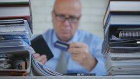 Immagine vaga con le carte di Taking Out Credit dell'uomo d'affari dal suo portafoglio fotografia stock