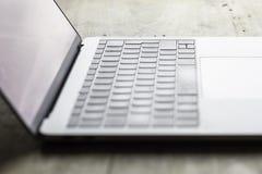 Immagine vaga del computer portatile disposta sulla tavola di legno immagine stock libera da diritti