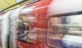 Immagine vaga del treno sotterraneo rapido a Londra, Regno Unito fotografia stock libera da diritti