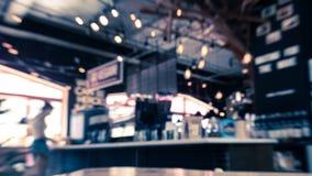 Immagine vaga dell'interno del caff? con la tavola di legno nella parte anteriore fotografia stock