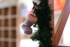 Immagine vaga fondo: Calzini di Natale per i regali fotografia stock