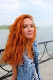 Immagine verticale dell'donne dai capelli rossi nello stato felice Fotografia Stock