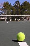 Immagine verticale della sfera di tennis sulla corte fotografie stock