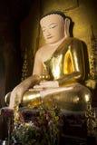 Immagine verticale di Buddha con l'abito dorato in un tempio in Bagan, Myanmar Birmania immagini stock libere da diritti