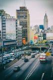 Immagine verticale di un viale ammucchiato con i vecchi ed edifici per uffici sporchi Immagine Stock Libera da Diritti