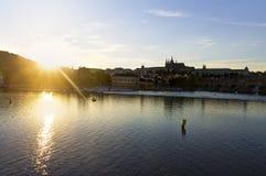 Immagine viva di HDR di un tramonto sopra il centro di Praga Fotografia Stock