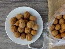 Immagini asciutte della noce in vari concetti, piatti e presentazioni nella borsa pronta a produrre noce di cocco, immagini delle Fotografia Stock Libera da Diritti