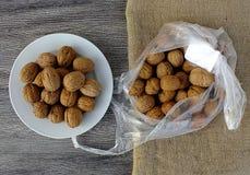 Immagini asciutte della noce in vari concetti, piatti e presentazioni nella borsa pronta a produrre noce di cocco, immagini delle Immagini Stock Libere da Diritti