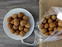 Immagini asciutte della noce in vari concetti, piatti e presentazioni nella borsa pronta a produrre noce di cocco, immagini delle Fotografia Stock