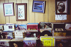 Immagini che appendono su una parete con le pile di vinyles sotto Fotografie Stock