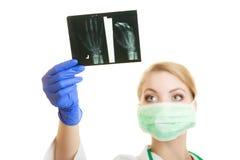 Immagini d'esame dei raggi x di medico femminile Fotografia Stock