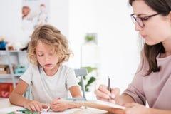 Immagini del disegno del bambino nel corso della riunione con il terapista per gli orfani immagine stock