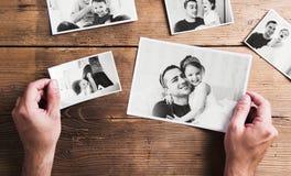 Immagini del padre e della figlia, fondo di legno Giorno di padri immagine stock