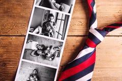 Immagini del padre e della figlia sulla tavola Giorno di padri Colpo dello studio fotografie stock libere da diritti