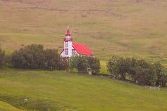 Immagini della chiesa e del cimitero sulla collina, Islanda fotografie stock libere da diritti