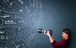 Immagini della fucilazione del fotografo mentre linee disegnate a mano energetiche Immagine Stock