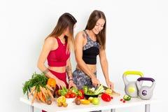 Immagini di riserva delle verdure di Cuting delle donne di forma fisica e metraggio di riserva immagini stock