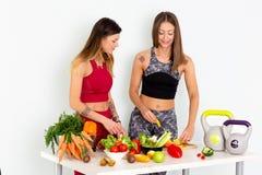 Immagini di riserva delle verdure di Cuting delle donne di forma fisica e metraggio di riserva fotografie stock