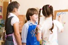 Immagini di tiraggio dei bambini dei cavalletti immagini stock