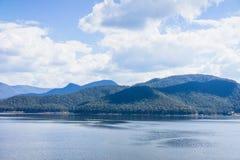 Immagini di vista del lago contenute le montagne circostanti Immagine Stock Libera da Diritti