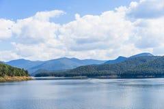 Immagini di vista del lago contenute le montagne circostanti Immagini Stock