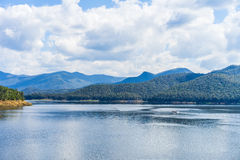 Immagini di vista del lago contenute le montagne circostanti Fotografia Stock