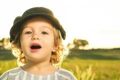 Immagini divertenti di una bambina Ritratto di una bambina con un cappuccio immagini stock