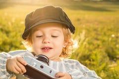 Immagini divertenti di una bambina Ritratto di una bambina con un cappuccio fotografie stock libere da diritti