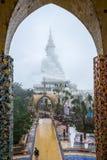 Immagini facenti un giro turistico di Buddha di bianco cinque dei turisti buddisti belle Fotografia Stock