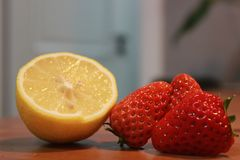 Immagini fresche della fragola una, due, affettati, tre, con i limoni fotografie stock libere da diritti