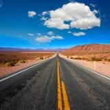 Immer währende Straße zu Death Valley Kalifornien Stockfotos