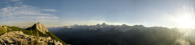 Immer währender Gebirgszug nahe bei der Banff-Gondel in Rocky Mountains lizenzfreie stockfotografie