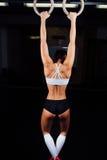 Immerga l'allenamento della donna dell'anello all'esercizio di immersione della palestra Fotografia Stock