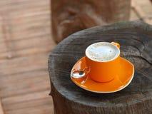 Immerge il caffè del cappuccino con la crema fine bianca della bolla Immagine Stock