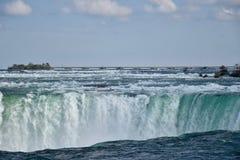 Immergendo giù 2: il fiume Niagara si trasforma in in cascate del Niagara Immagini Stock Libere da Diritti