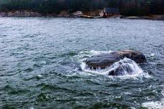 Immergersi in dell'acqua della roccia Immagini Stock