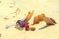 Immergersi e gli occhiali da sole di immersione con bombole sulla spiaggia del legname si rilassano il concetto di festa di vacan Fotografia Stock