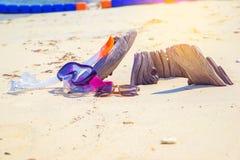 Immergersi e gli occhiali da sole di immersione con bombole sulla spiaggia del legname si rilassano il concetto di festa di vacan Immagine Stock