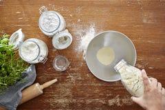 Immergersi in farina nella scena atmosferica di cottura della ciotola Fotografia Stock