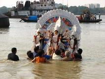 Immersion av den Durga Hindu ritualen Fotografering för Bildbyråer